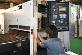 レーザー加工機(出力:1.8kw)